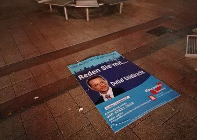 Volební plakát AfD pohozený na zemi